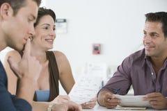 Επιχειρηματίες που αναθεωρούν τα έγγραφα στη συνεδρίαση στοκ εικόνα με δικαίωμα ελεύθερης χρήσης