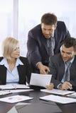 Επιχειρηματίες που αναθεωρούν τα έγγραφα Στοκ εικόνα με δικαίωμα ελεύθερης χρήσης