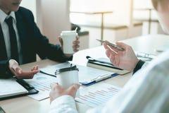 Επιχειρηματίες που αναθεωρούν τα οικονομικά έγγραφα και το σημαντικό conv στοκ εικόνα με δικαίωμα ελεύθερης χρήσης