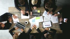Επιχειρηματίες που αναλύουν τα έγγραφα απόθεμα βίντεο
