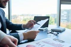 Επιχειρηματίες που αναλύουν την έκθεση στην αρχή Στοκ εικόνα με δικαίωμα ελεύθερης χρήσης