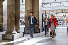 Επιχειρηματίες που ανταλάσσουν στην εργασία στοκ φωτογραφίες με δικαίωμα ελεύθερης χρήσης