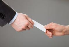 Επιχειρηματίες που ανταλλάσσουν τη επαγγελματική κάρτα Στοκ Εικόνα