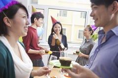 Επιχειρηματίες που απολαμβάνουν το κόμμα γραφείων Στοκ Εικόνα
