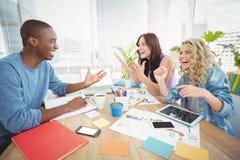 Επιχειρηματίες που γελούν εργαζόμενοι στο γραφείο στοκ εικόνες