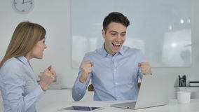 Επιχειρηματίες που γιορτάζουν την επιτυχία εργαζόμενοι στο lap-top απόθεμα βίντεο