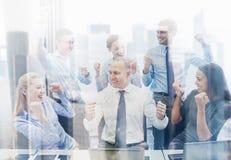 Επιχειρηματίες που γιορτάζουν τη νίκη στην αρχή Στοκ Εικόνες