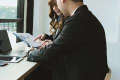 Επιχειρηματίες που διοργανώνουν μια συνεδρίαση επιχειρηματίας & επιχειρηματίας wo Στοκ Εικόνες