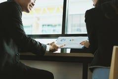 Επιχειρηματίες που διοργανώνουν μια συνεδρίαση επιχειρηματίας & επιχειρηματίας wo Στοκ Φωτογραφία