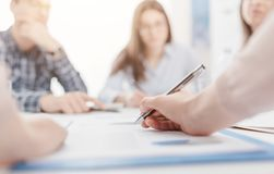 Επιχειρηματίες που διοργανώνουν μια συνεδρίαση στοκ εικόνες με δικαίωμα ελεύθερης χρήσης
