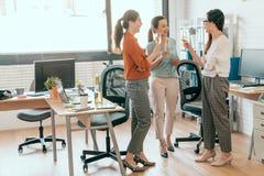 Επιχειρηματίες που διοργανώνουν τη σαμπάνια και την ομιλία Στοκ φωτογραφία με δικαίωμα ελεύθερης χρήσης