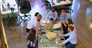 Επιχειρηματίες που διοργανώνουν τις συζητήσεις στη συνεδρίαση 4k φιλμ μικρού μήκους