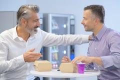 Επιχειρηματίες που διοργανώνουν το μεσημεριανό διάλειμμα και την ομιλία Στοκ Φωτογραφία