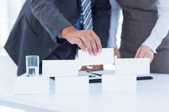 Επιχειρηματίες που λειτουργούν μαζί και δομή κτηρίου Στοκ Φωτογραφίες