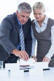 Επιχειρηματίες που λειτουργούν μαζί και δομή κτηρίου Στοκ Εικόνες