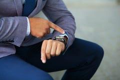 Επιχειρηματίες που εξετάζουν εκείνο το ρολόι Στοκ εικόνα με δικαίωμα ελεύθερης χρήσης