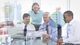 Επιχειρηματίες που εξετάζουν σχέδια απόθεμα βίντεο