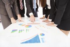 Επιχειρηματίες που εξετάζουν την έκθεση και που διοργανώνουν μια συζήτηση στοκ εικόνα με δικαίωμα ελεύθερης χρήσης