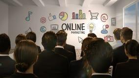 Επιχειρηματίες που εξετάζουν την ψηφιακή οθόνη που παρουσιάζει on-line να εμπορευτεί απόθεμα βίντεο