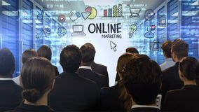 Επιχειρηματίες που εξετάζουν την ψηφιακή οθόνη που παρουσιάζει on-line να εμπορευτεί απεικόνιση αποθεμάτων