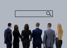 Επιχειρηματίες που εξετάζουν τη γραμμή αναζήτησης Στοκ εικόνα με δικαίωμα ελεύθερης χρήσης