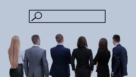 Επιχειρηματίες που εξετάζουν τη γραμμή αναζήτησης Στοκ φωτογραφία με δικαίωμα ελεύθερης χρήσης