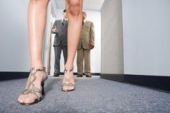 Επιχειρηματίες που εξετάζουν τη γυναίκα Στοκ Εικόνα