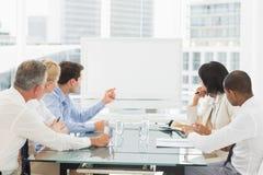Επιχειρηματίες που εξετάζουν το κενό whiteboard στη αίθουσα συνδιαλέξεων στοκ φωτογραφίες με δικαίωμα ελεύθερης χρήσης
