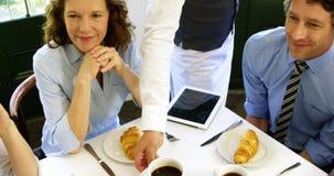 Επιχειρηματίες που εξυπηρετούνται φιλμ μικρού μήκους