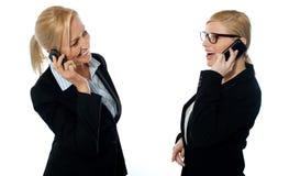 επιχειρηματίες που επικοινωνούν τα κινητά τηλέφωνα μέσω Στοκ Φωτογραφία