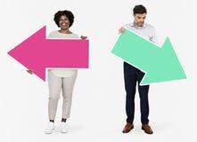 Επιχειρηματίες που επιλέγουν τις διαφορετικές κατευθύνσεις στοκ εικόνα με δικαίωμα ελεύθερης χρήσης