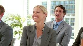 Επιχειρηματίες που επιδοκιμάζουν κατά τη διάρκεια της συνεδρίασης φιλμ μικρού μήκους