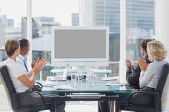 Επιχειρηματίες που επιδοκιμάζουν σε μια οθόνη Στοκ εικόνες με δικαίωμα ελεύθερης χρήσης