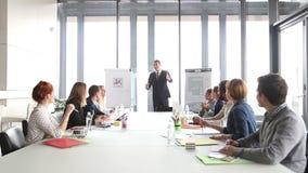 Επιχειρηματίες που επιδοκιμάζουν το διευθυντή κατά τη διάρκεια μιας συνεδρίασης απόθεμα βίντεο