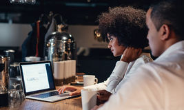 Επιχειρηματίες που εργάζονται αργά στο lap-top Στοκ φωτογραφία με δικαίωμα ελεύθερης χρήσης