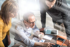 Επιχειρηματίες που εργάζονται μαζί, επίδραση ελαφριών ακτίνων Στοκ φωτογραφίες με δικαίωμα ελεύθερης χρήσης