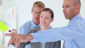 Επιχειρηματίες που εργάζονται μαζί κατά τη διάρκεια της συνεδρίασης φιλμ μικρού μήκους