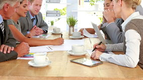 Επιχειρηματίες που εργάζονται μαζί κατά τη διάρκεια της συνεδρίασης απόθεμα βίντεο