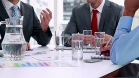 Επιχειρηματίες που εργάζονται μαζί στη συνεδρίαση στο cinemagraph φιλμ μικρού μήκους