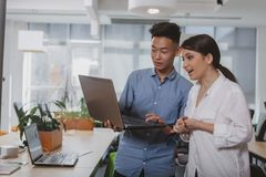 Επιχειρηματίες που εργάζονται μαζί στο γραφείο στοκ εικόνα