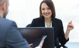 Επιχειρηματίες που εργάζονται μαζί στο γραφείο στο γραφείο Στοκ φωτογραφία με δικαίωμα ελεύθερης χρήσης