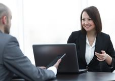 Επιχειρηματίες που εργάζονται μαζί στο γραφείο στο γραφείο Στοκ Εικόνες