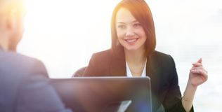 Επιχειρηματίες που εργάζονται μαζί στο γραφείο στο γραφείο Στοκ Εικόνα