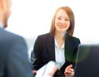 Επιχειρηματίες που εργάζονται μαζί στο γραφείο στο γραφείο Στοκ εικόνα με δικαίωμα ελεύθερης χρήσης