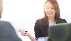 Επιχειρηματίες που εργάζονται μαζί στο γραφείο στο γραφείο Στοκ Φωτογραφίες