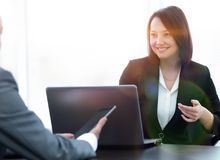 Επιχειρηματίες που εργάζονται μαζί στο γραφείο στο γραφείο Στοκ φωτογραφίες με δικαίωμα ελεύθερης χρήσης