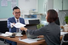 Επιχειρηματίες που εργάζονται μαζί στο σύγχρονο γραφείο στοκ φωτογραφίες
