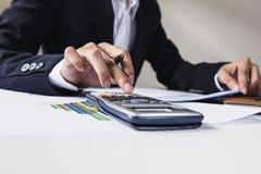 Επιχειρηματίες που εργάζονται με τα στοιχεία γραφικών παραστάσεων στο γραφείο, το στόχο διευθυντών χρηματοδότησης, την επιχείρηση Στοκ Εικόνα