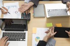 επιχειρηματίες που εργάζονται με τον υπολογιστή, έγγραφο, ψηφιακή ταμπλέτα, λ Στοκ φωτογραφία με δικαίωμα ελεύθερης χρήσης
