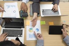 επιχειρηματίες που εργάζονται με τον υπολογιστή, έγγραφο, ψηφιακή ταμπλέτα, λ Στοκ Εικόνες